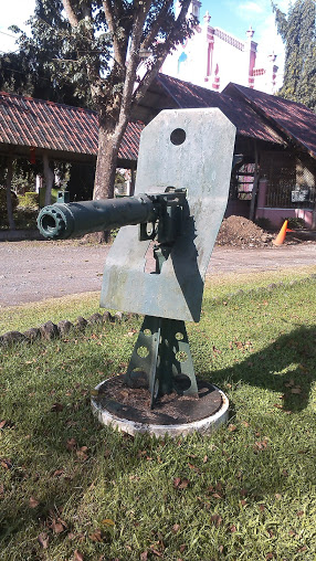 Photo is mine. Machine gun displayed at Villa Escudero.