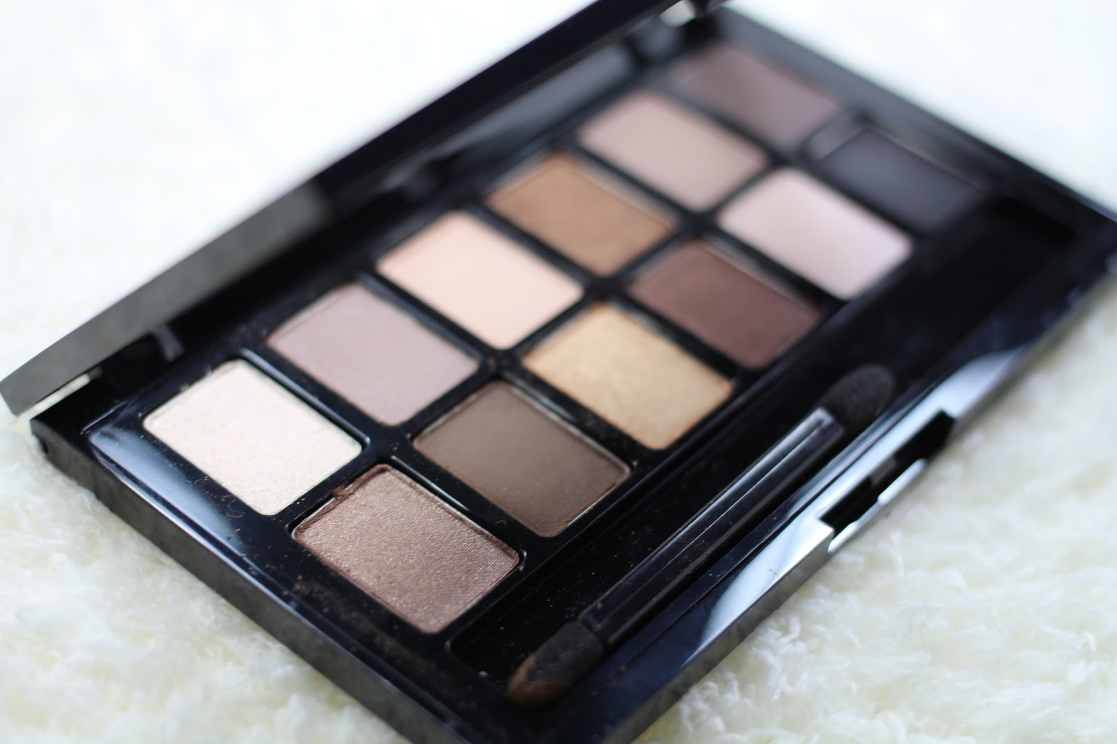 http://aboutsomethingpretty.blogspot.ro/2014/06/maybelline-nudes-eyeshadow-palette.html